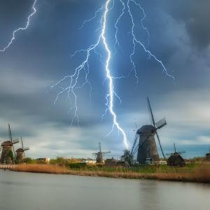 StemPunt Poll - Onder welke weersomstandigheden slaap jij beter? Met onweer of in de hitte? - onweer
